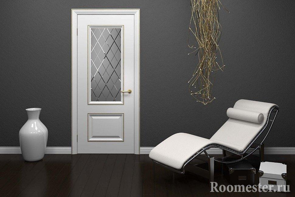 Белая дверь и серые стены