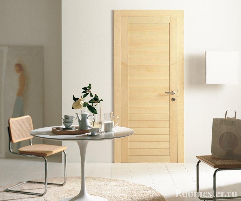 Светлый интерьер с дверью из светлого дерева