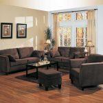 Сочетание темной мебели и светлых стен