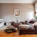 Белая мебель и кофейные стены в гостиной