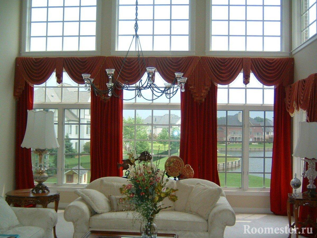Красные шторы в белой гостиной