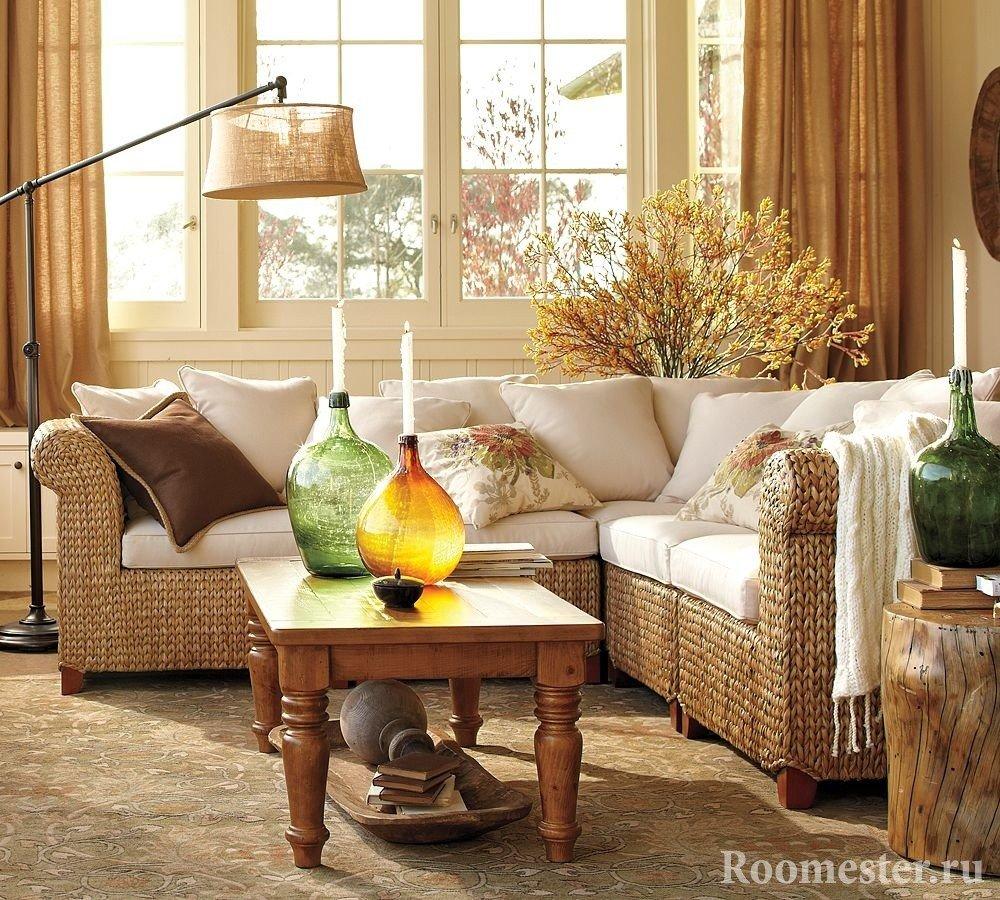 Интересный диван в гостиной