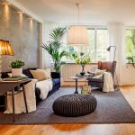 Шкура на диване в гостиной