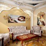 Картины и лепнина в гостиной