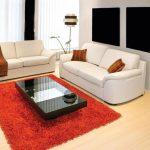 Красный ковер и белые диваны