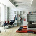 Полки с книгами в спальне