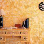 Стол с лампой у стены