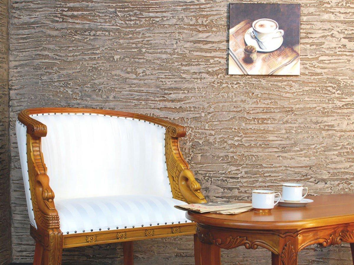Картина на стене с декоративной штукатуркой