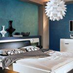Спальня с синими стенами и белой мебелью