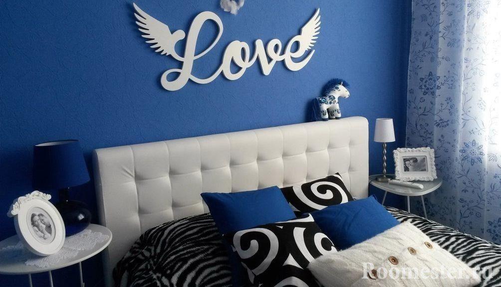 Надпись над кроватью