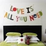 Разноцветные буквы на стене в спальне
