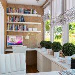 Интерьер кабинета с белой мебелью