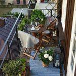 Столик и кресла на балконе