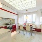 Белый интерьер кухни с бордовой мебелью