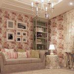 Цветочный принт на обоях, шторах и скатерти в гостиной