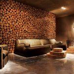 Стена из спилов в интерьере гостиной