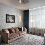 Картина и светильники на стене в зале