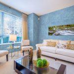 Белая мебель в голубом интерьере