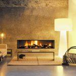 Красивый интерьер гостиной с камином