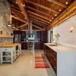 Каменная стена и деревянный потолок на кухне