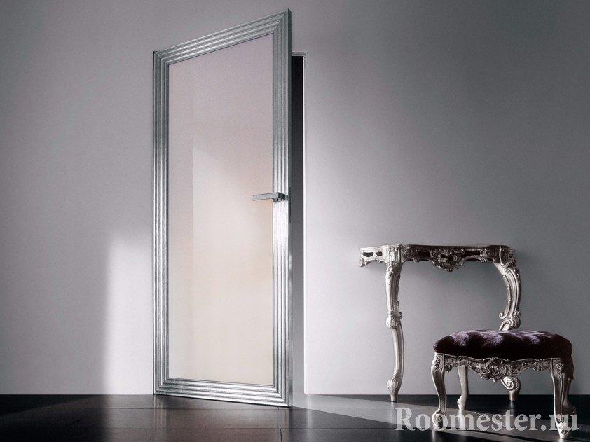 Стеклянная дверь с серебристой окантовкой в интерьере