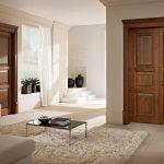 Угловой диван и столик в интерьере