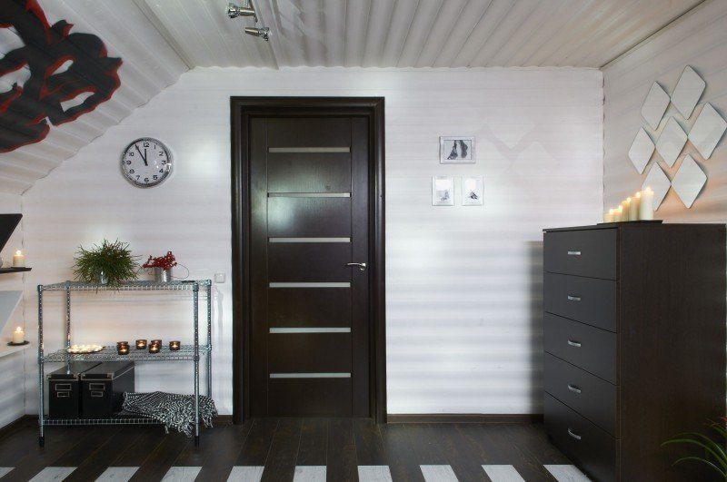 Темные пол и дверь в комнате