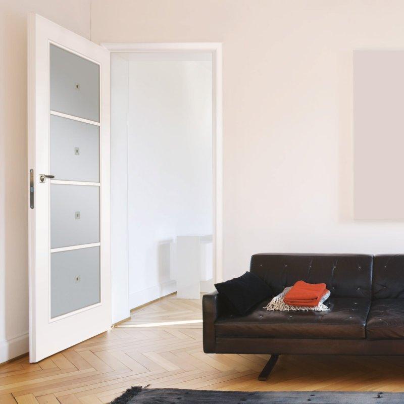 Светлая дверь в светлом интерьере