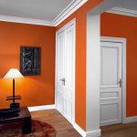 Оранжевые стены и белые двери