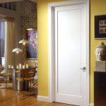 Желтые стены и белая дверь в интерьере