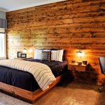 Стена из дерева в спальне