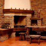 Деревянный столик и скамейки у камина