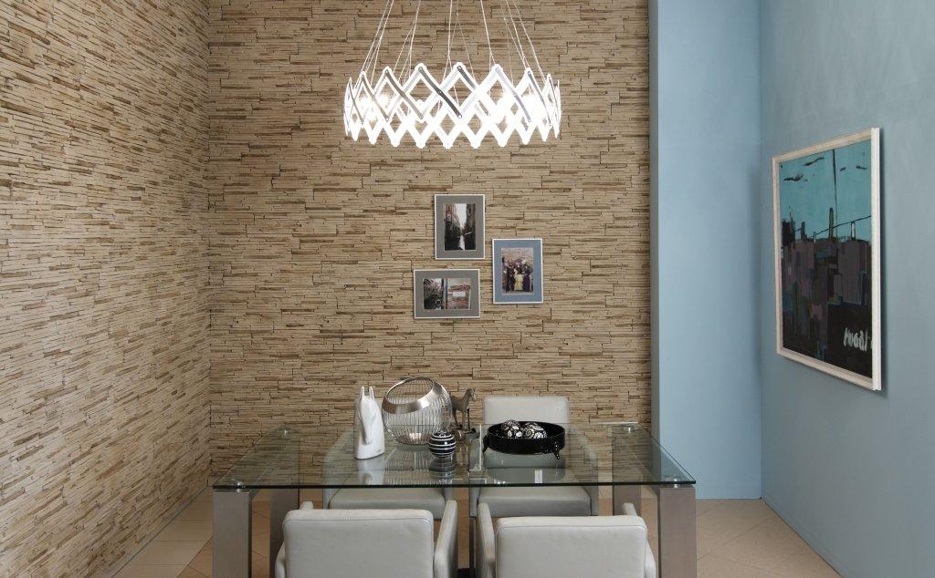 Гипсовая плитка под камень на стенах в столовой