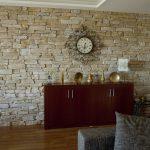 Часы над комодом на стене