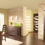Сочетание светлых стен и темного пола и мебели