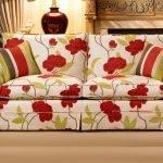 Красные цветы на белом диване