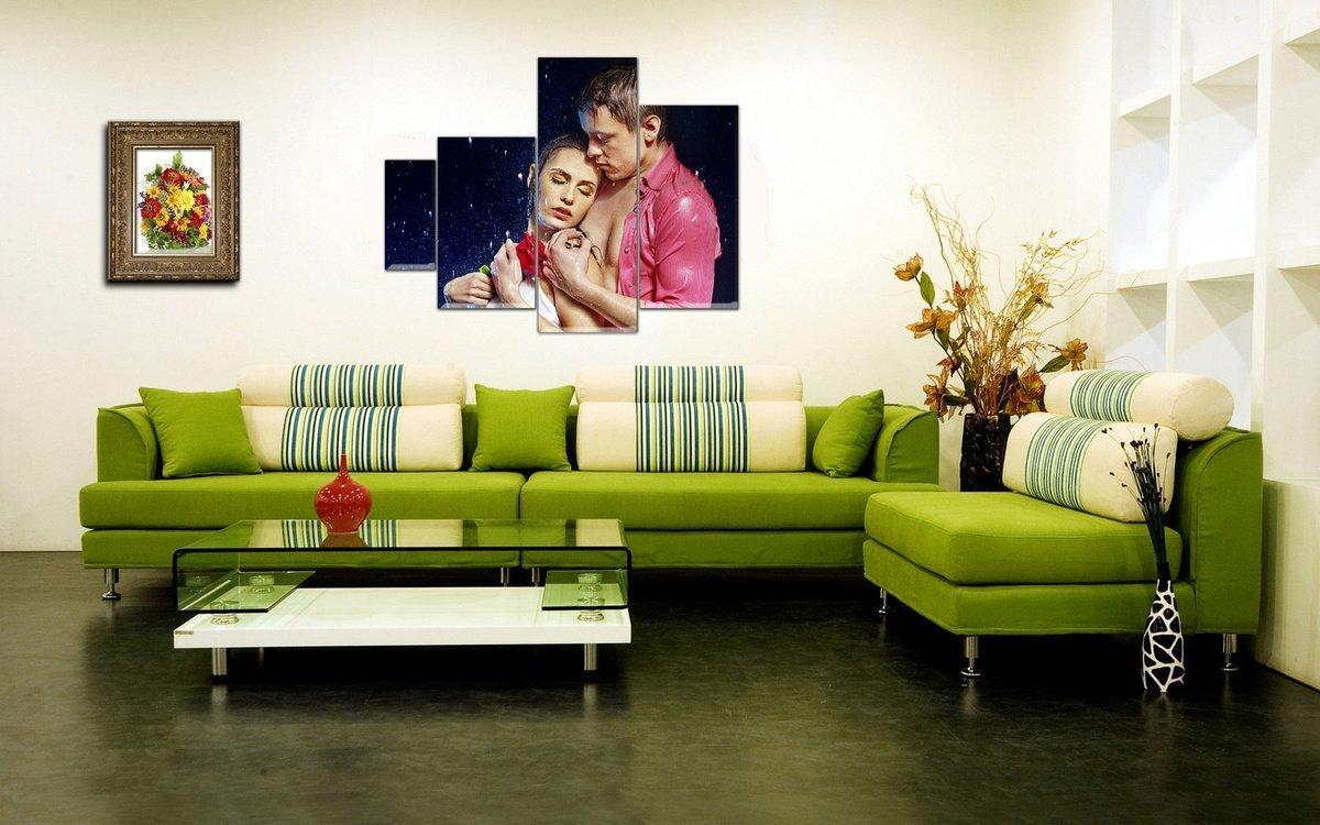 Зеленый диван в светлом интерьере
