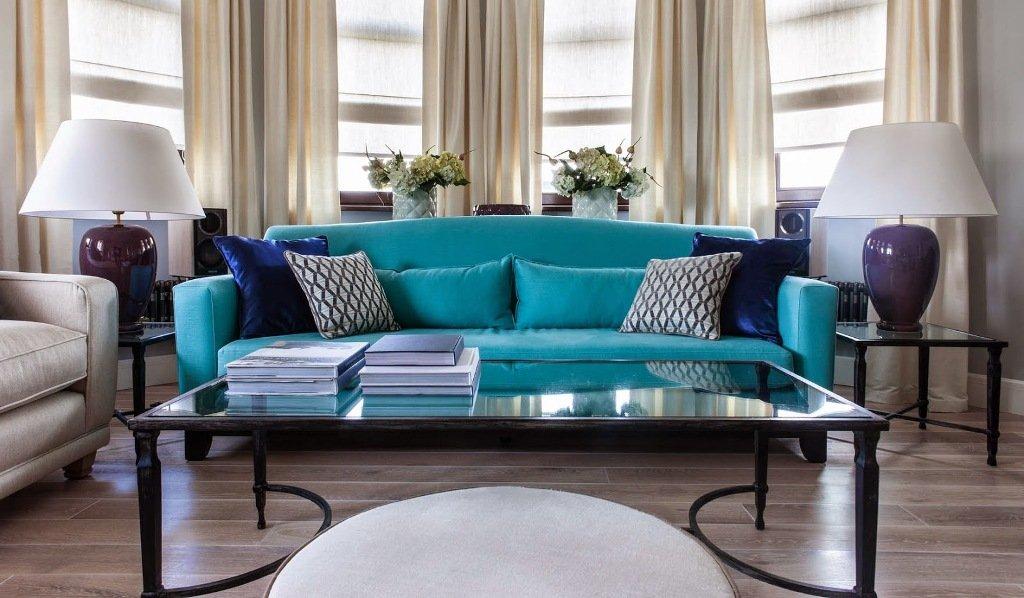 Бирюзовый диван в сером интерьере