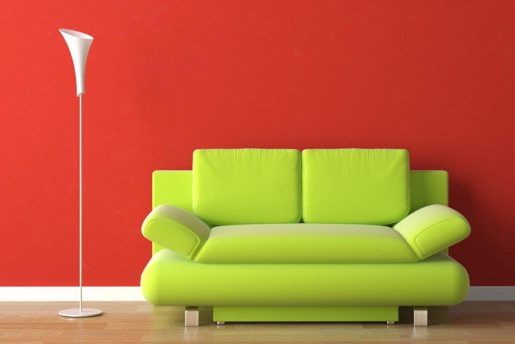 Салатовый диван в красном интерьере