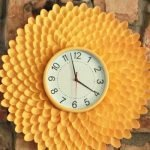 Оправа часов из пластиковых ложек