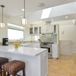 Камень и белая мебель в интерьере кухни