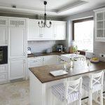 Кухня с белой мебелью и темной столешницей
