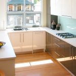 Темная и светлая мебель на кухне