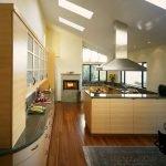 Камин в интерьере кухни