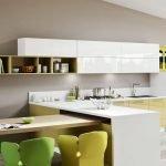 Полки и шкафчики на стене в кухне