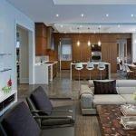 Коричневые шкафы и белые столы на кухне