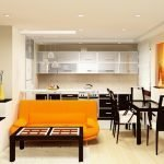 Оранжевый диван в гостиной