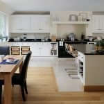 Плитка и ламинат на кухонном полу