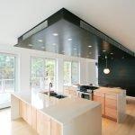 Черный потолок в кухонной зоне