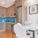 Сочетание голубого фартука и серой кухонной мебели
